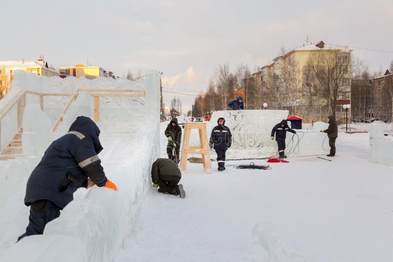 I lavoratori stanno montando un cavo elettrico per accendersi fotografia stock libera da diritti