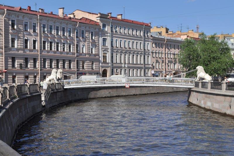 I leoni gettano un ponte su, StPetersburg, Russia immagini stock libere da diritti