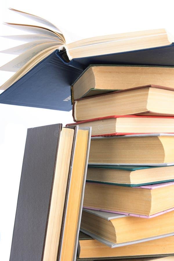 I libri costruiti in mucchio. fotografia stock