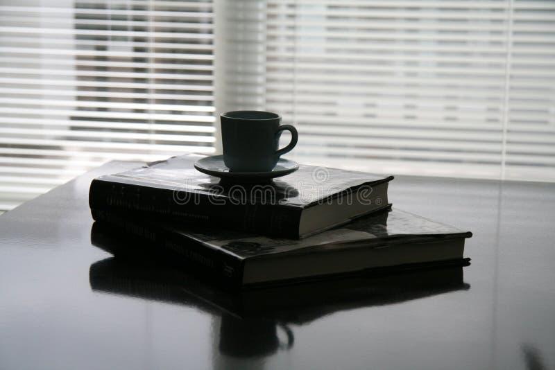 I libri pongono sulla tabella immagini stock