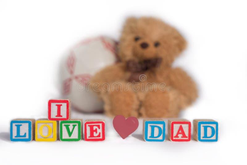 ` I liefdepapa `, met kleurrijke houten jong geitje` s blokken wordt gemaakt met roze hart dat Gevulde bruin draagt en de bal is  royalty-vrije stock foto