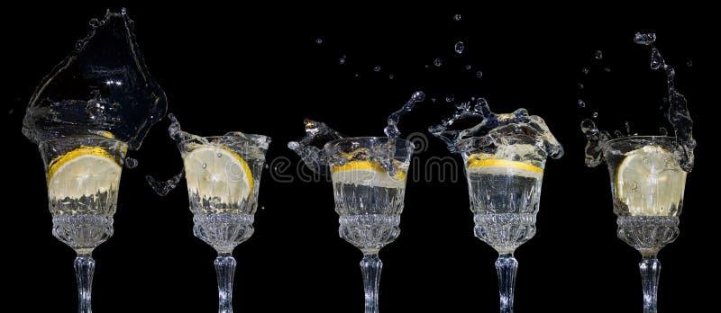 I limoni cade nell'acqua fotografie stock