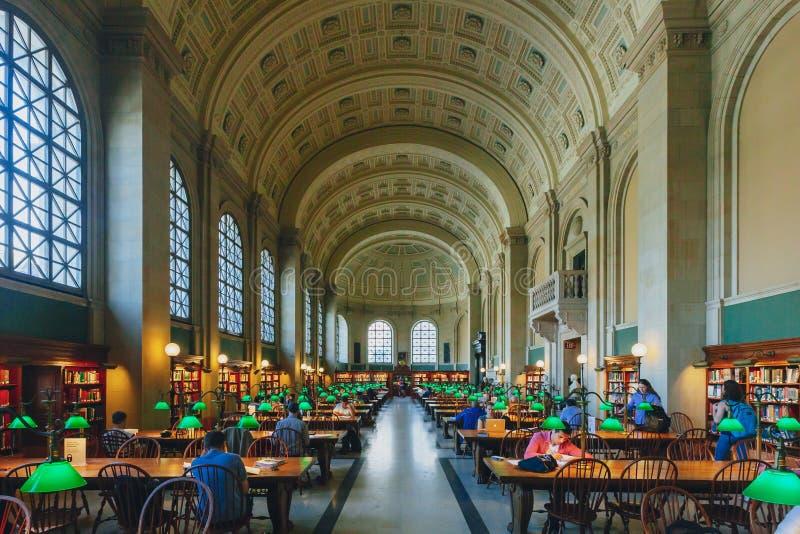 I locali studiano e leggono i libri nella sala di lettura all'edificio di McKim della biblioteca pubblica di Boston immagine stock libera da diritti