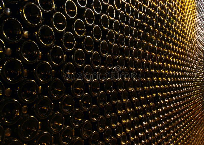 I lotti delle bottiglie di vino hanno impilato immagini stock libere da diritti