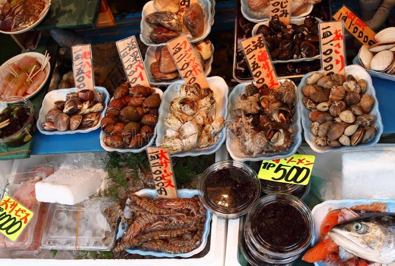 I lotti di frutti di mare differenti indicati in uno del pesce memorizza circondare il mercato di Tsukiji a Tokyo fotografia stock libera da diritti