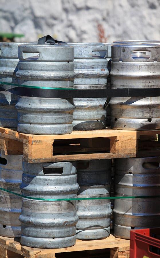 I lotti di metallo barrels ad una fabbrica della birra fotografia stock