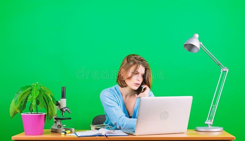 i m 有显微镜的妇女在桌上 r 免版税图库摄影