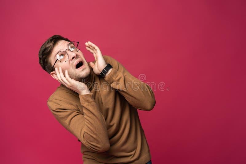 I ` m asustado fright Retrato del hombre asustado en fondo rosado de moda del estudio Retrato de medio cuerpo masculino foto de archivo