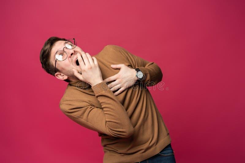 I ` m asustado fright Retrato del hombre asustado en fondo rosado de moda del estudio Retrato de medio cuerpo masculino imagenes de archivo