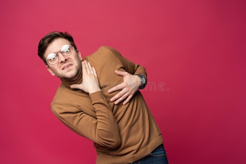I ` m asustado fright Retrato del hombre asustado en fondo rosado de moda del estudio Retrato de medio cuerpo masculino imagen de archivo