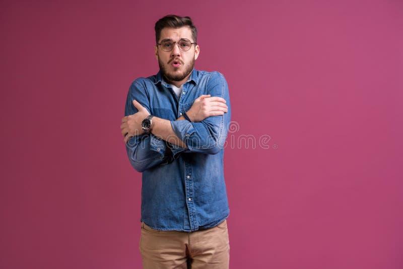 I ` m effrayé effroi Homme effrayé Position d'homme d'affaires d'isolement sur le fond rose à la mode de studio Émotions humaines photos libres de droits