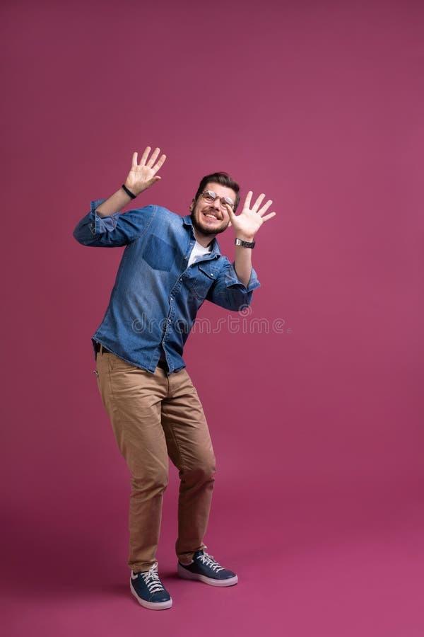I ` m effrayé effroi Homme effrayé Position d'homme d'affaires d'isolement sur le fond rose à la mode de studio Émotions humaines photo stock