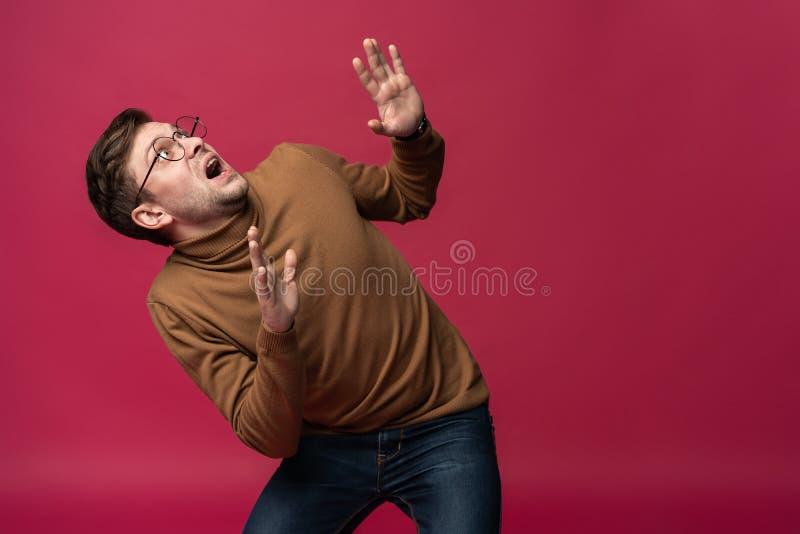 I ` m effrayé effroi Portrait de l'homme effrayé sur le fond rose à la mode de studio Portrait en buste masculin photo stock
