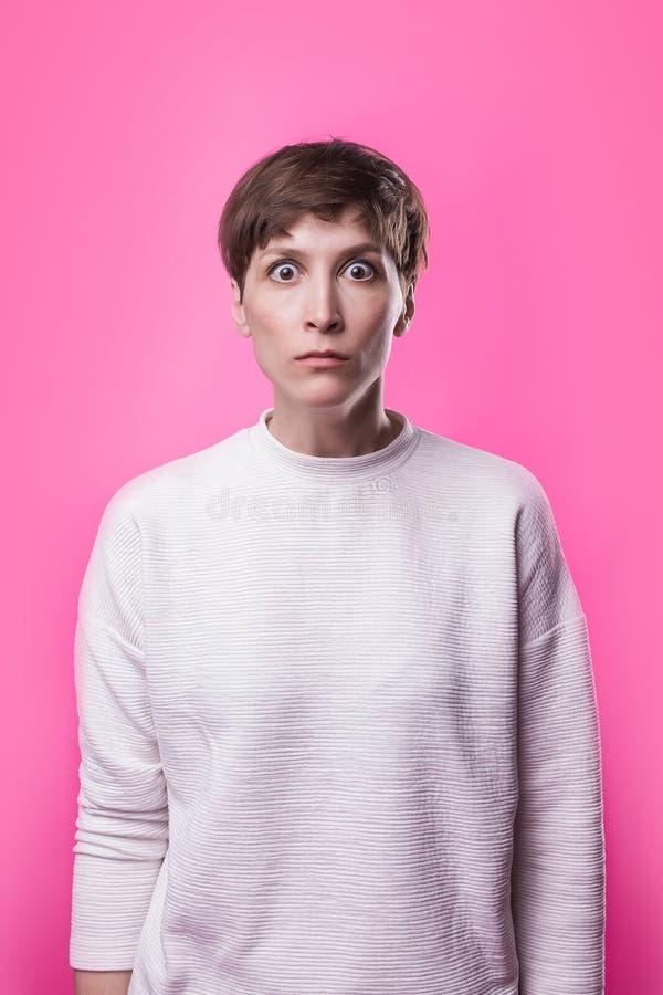 I ` m effrayé effroi Verticale de la femme effrayée Position de femme d'affaires images libres de droits