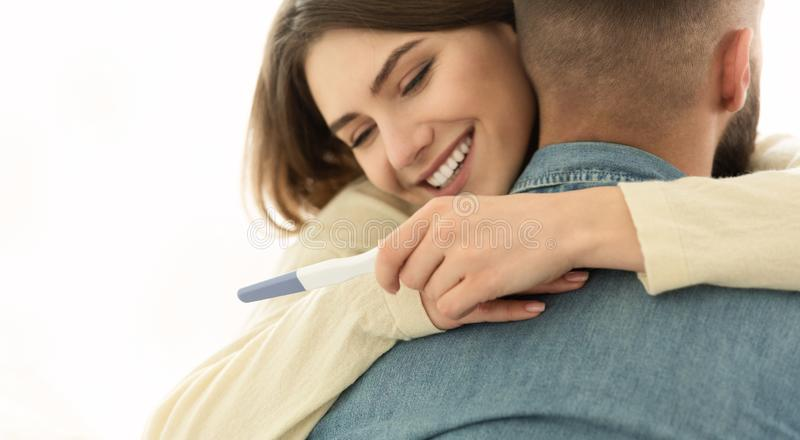 I ` m embarazada Junte feliz sobre resultados positivos de la prueba de embarazo fotografía de archivo