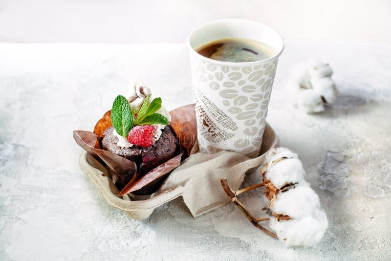 I makkaroons più saporiti con la fragola e con cioccolato e la fragola pistacchi saporiti di una prima colazione fotografia stock