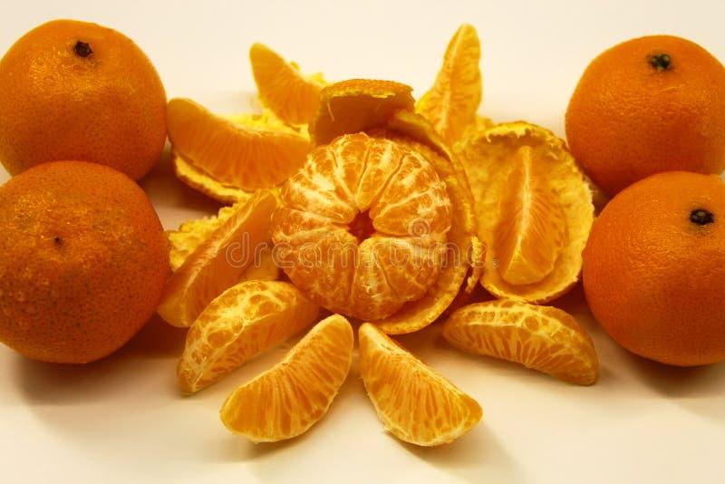 I mandarini sono freschi e maturi, sbucciato e non trattato su un fondo leggero fotografia stock
