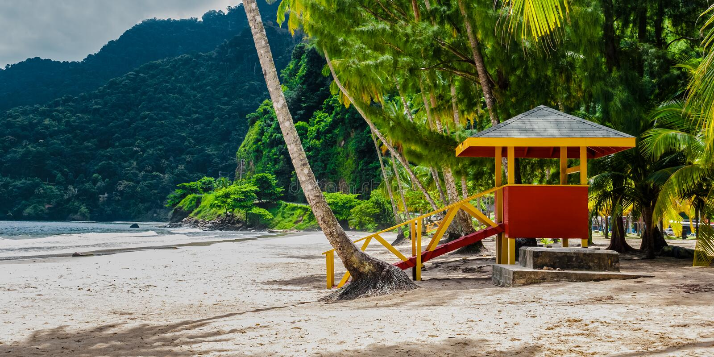 I maracas tirano la spiaggia in secco vuota di vista laterale della cabina del bagnino dei Trinità e Tobago fotografia stock libera da diritti