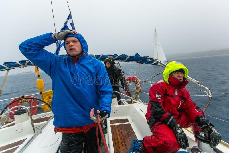 I marinai partecipano alla regata della navigazione fra il gruppo di isola greco nel mar Egeo, in Cicladi e nel golfo di Argo-Sar fotografia stock libera da diritti
