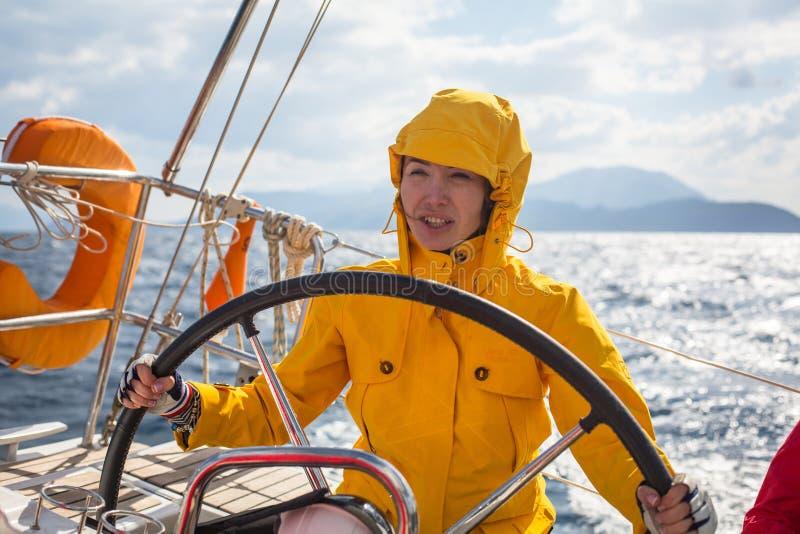 I marinai partecipano autunno 2014 di Ellada di regata della navigazione al dodicesimo fra il gruppo di isola greco nel mar Egeo immagini stock libere da diritti