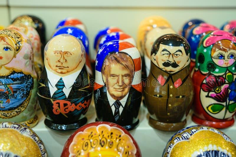 I matryoshkas russi con Putin, il barbone e Stalin affronta immagine stock libera da diritti