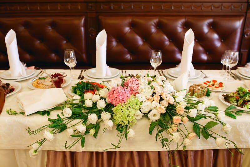 Rose Rosse Sul Tavolo Da Pranzo San Valentino ...