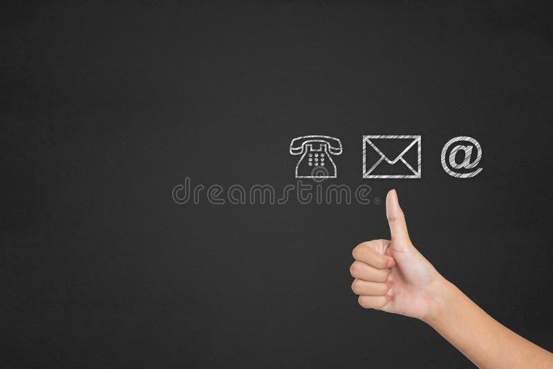 I media sociali ci contattano concetto Le mani del cliente mostrano eccellente immagine stock libera da diritti