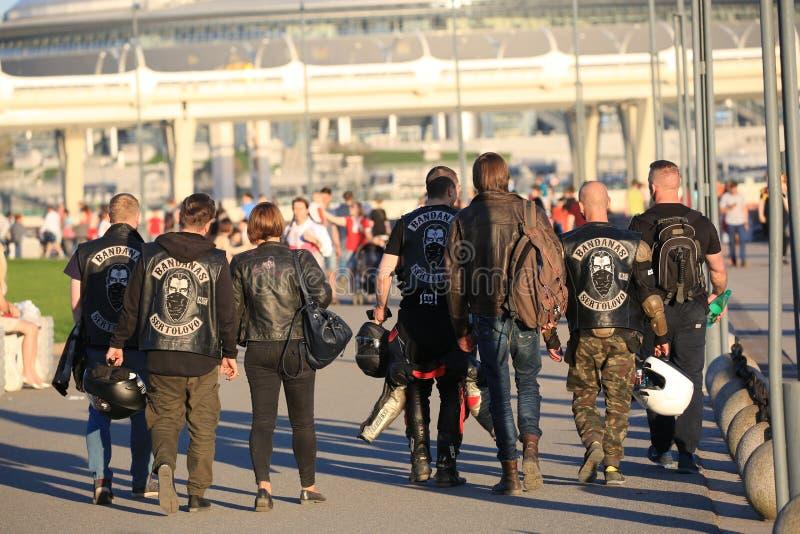 I membri dei BANDANAS SERTOLOVO di un club del motociclo vanno su una sera soleggiata E immagini stock