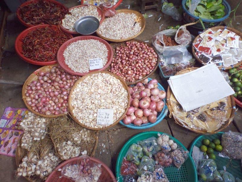 I mercati ferroviari famosi a Maeklong, Samut Songkhram, Tailandia fotografia stock