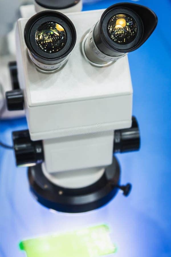 I microscopi moderni sono destinati per ottenere le immagini ingrandette immagine stock
