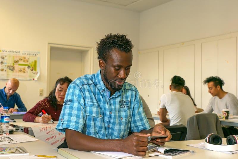 I migranti imparano una lingua in una scuola europea, ai corsi di integrazione Europa, Germania, Halle Saale, 05/12/2017 immagine stock libera da diritti
