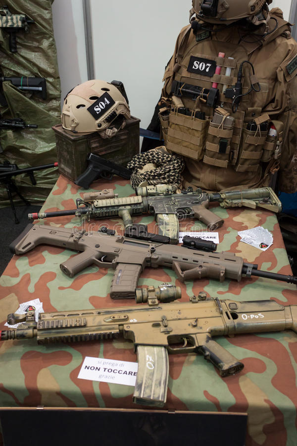 I militari farciscono a Militalia 2013 a Milano, Italia fotografia stock