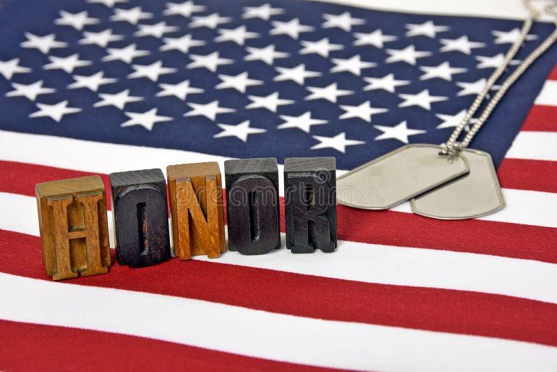 I militari onorano con le medagliette per cani immagine stock