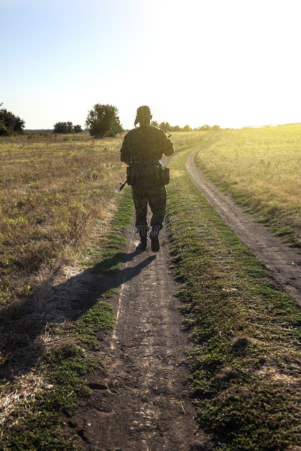 I militari sono andato via lungo una strada campestre immagine stock libera da diritti