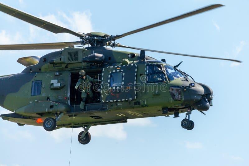 I militari tedeschi trasportano l'elicottero, il NH 90 fotografie stock libere da diritti