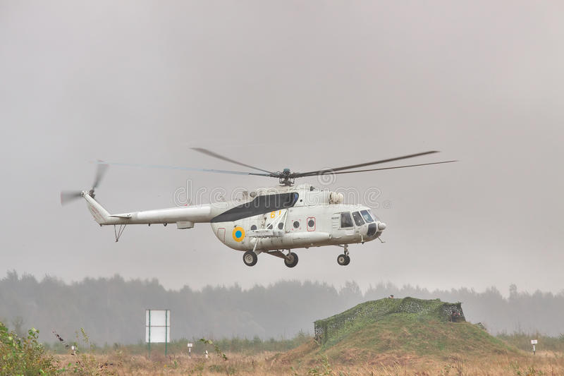 I militari trasportano l'elicottero Mi-8 fotografie stock