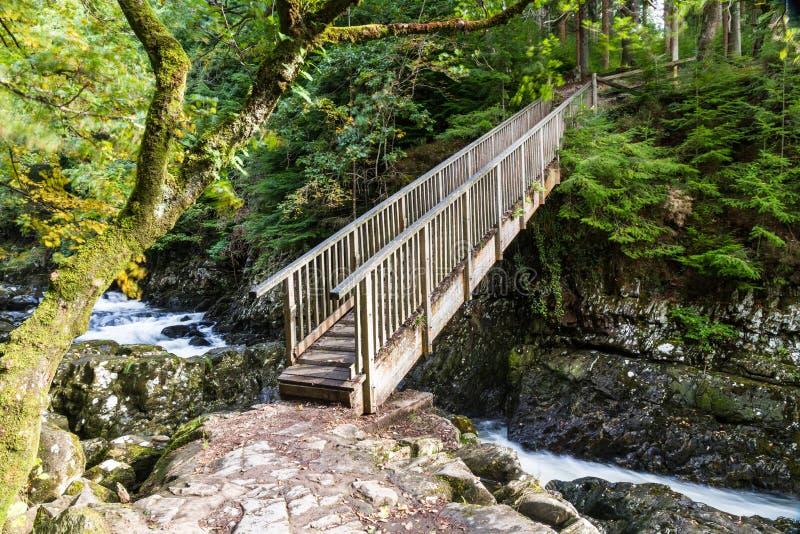 I minatori gettano un ponte su, incrocio di legno nell'educazione mista di Betws Y fotografie stock