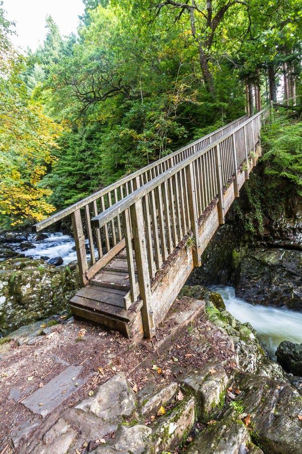 I minatori gettano un ponte su, incrocio di legno nell'educazione mista di Betws Y fotografia stock