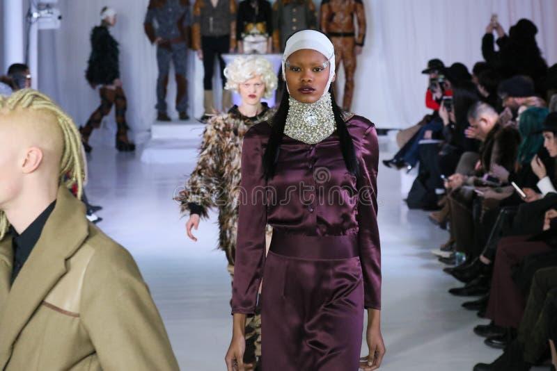 I modelli camminano a Nina Athanasiou Runway alla caduta 2015 di MBFW fotografia stock