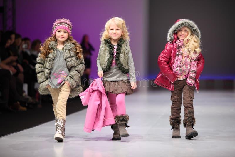 I modelli del bambino portano le mode da Snowimage fotografie stock