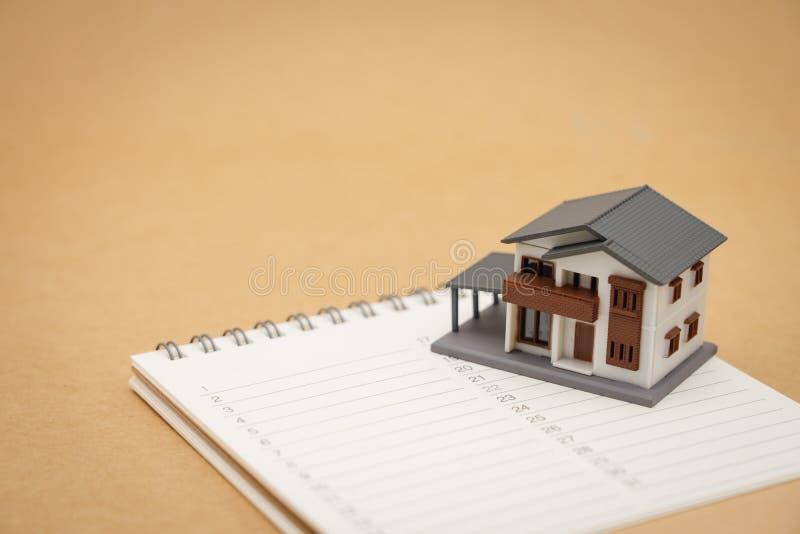 I modelli della Camera hanno disposto sui posti di un libro elencano la riparazione e la costruzione domestiche usando come conce fotografia stock