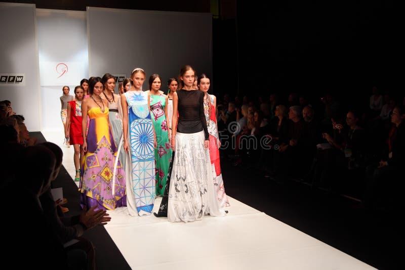 I modelli vanno sulla passerella alla sfilata di moda fotografie stock libere da diritti