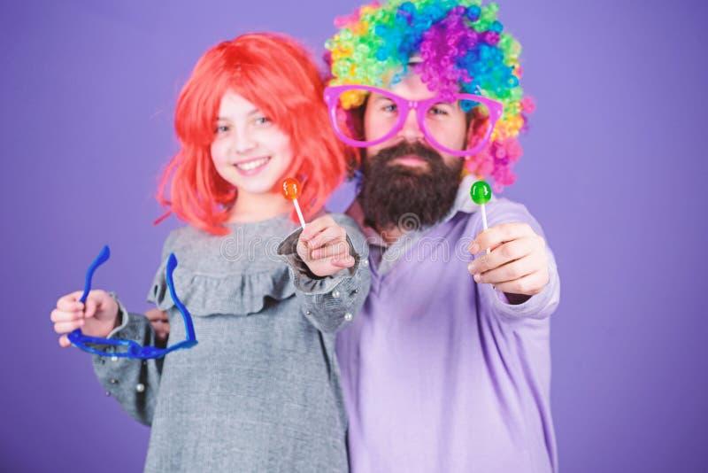 I modi semplici facili sono genitore allegro di divertimento Quanto pazzo ? vostro padre Il padre e la ragazza barbuti dell'uomo  fotografia stock