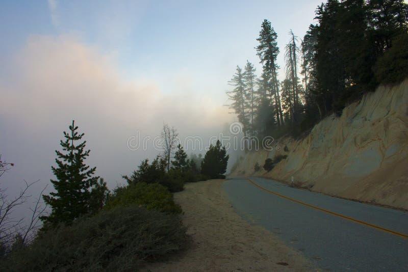I molnen överst av berget Sierra Nevada är en mou royaltyfri bild