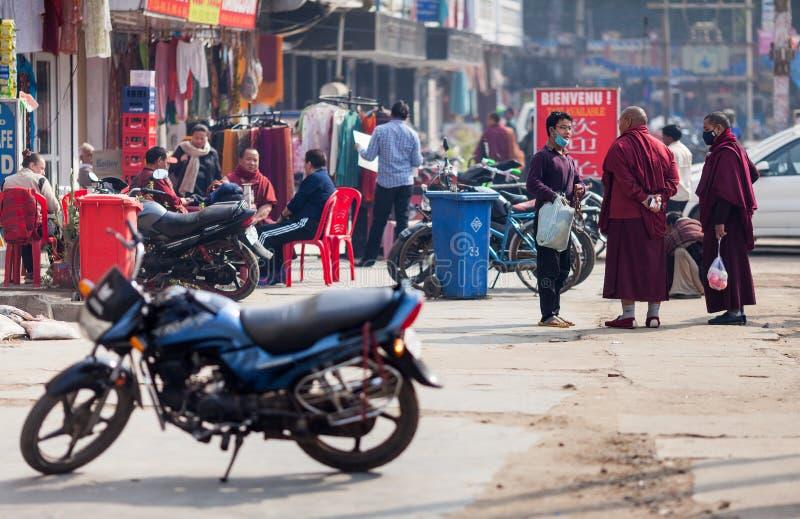 I monaci buddisti parlano con pellegrino nella maschera medica fotografia stock libera da diritti