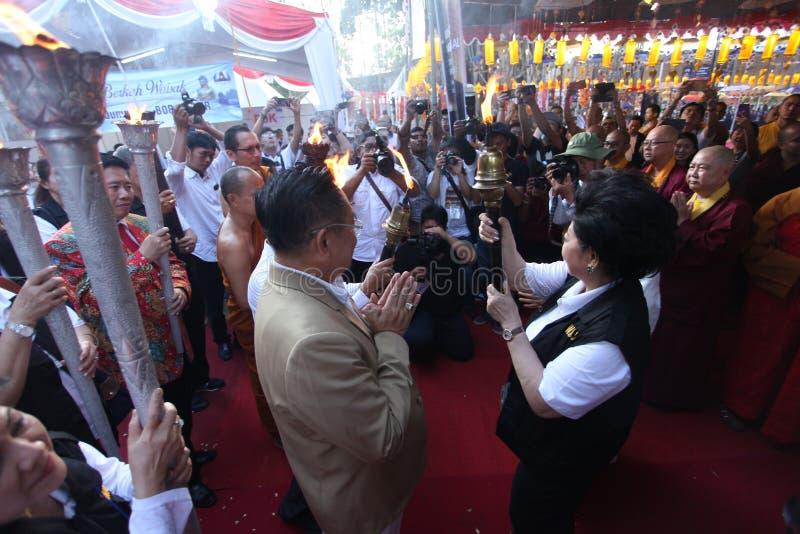 I monaci e la gente di Buddist prossima al tempio di Mendut portano il giorno eterno di Vesak del fuoco immagini stock