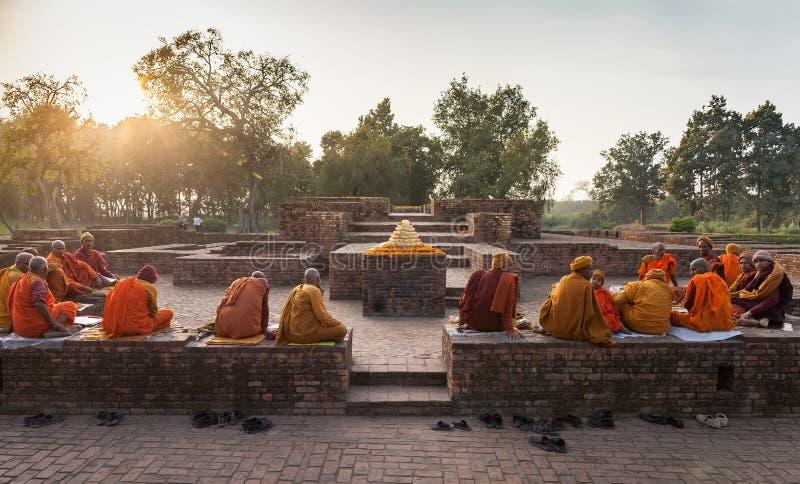 I monaci indiani sulle rovine del tempio antico in Shravasti fotografie stock