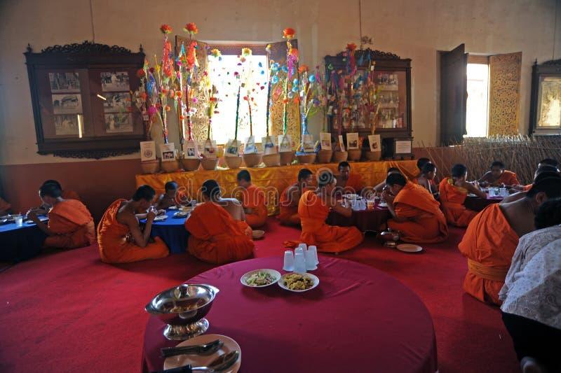 I monaci pranzano al tempio di Wat Phra Singh fotografia stock