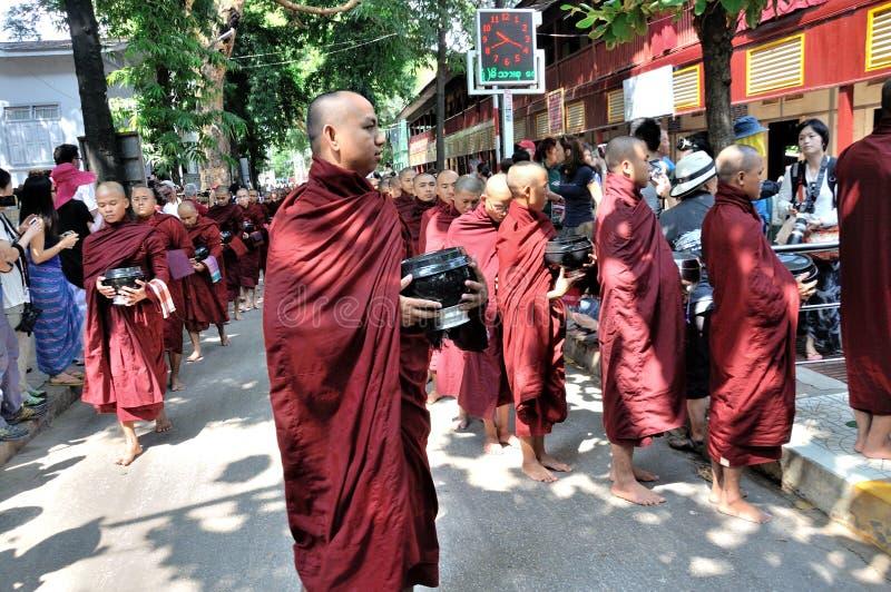 I monaci preparano mangiare il pranzo fotografie stock