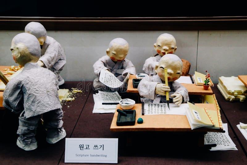 I monaci stanno scrivendo i libri al tempio di Donghwasa a Daegu, Corea immagini stock libere da diritti